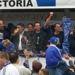 Ein Bild aus den besten Schalker Tagen: Huub Stevens inmitten der Feierlichkeiten nach dem Schalker Pokalsieg 2002.Quelle: photos by Produnis, Wikimedia Commons
