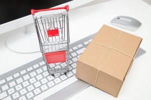 einkaufswagen und paket mit computer