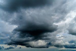 Deutschland, Bayern, dunkle Wolken am Abend
