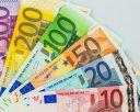 Viele verschiedene Euro Geldscheine. Symbolfoto für Reichtum und Geldanlage.
