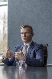 Waltenbauer KGAL am Tisch erläuternd